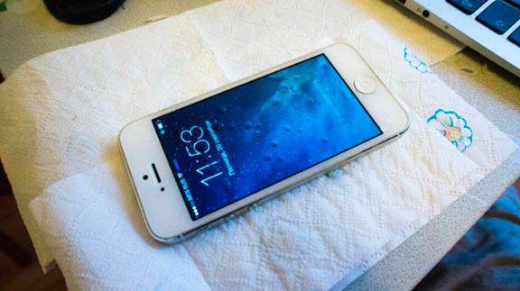 iphone на бумажном полотенце