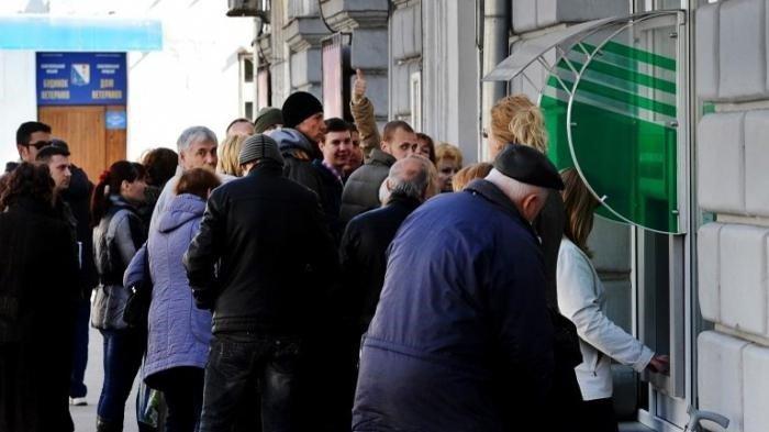 Толпа возле банкомата