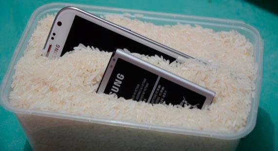 Телефон Самсунг и батарея в рисе