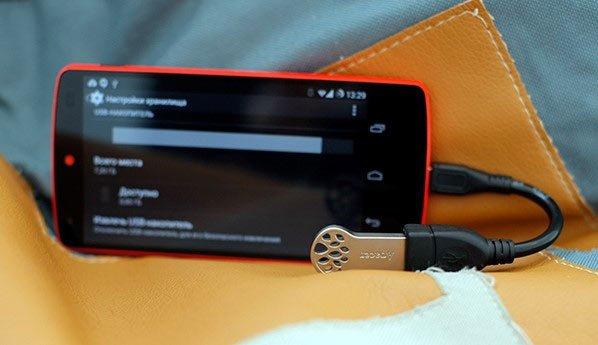 Флешка и смартфон