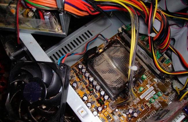 Металлический радиатор процессора в пыли
