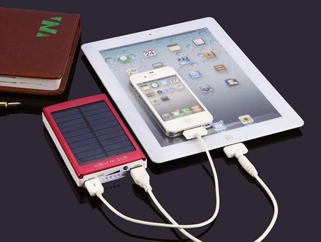 планшет и телефон подключены к повер банку
