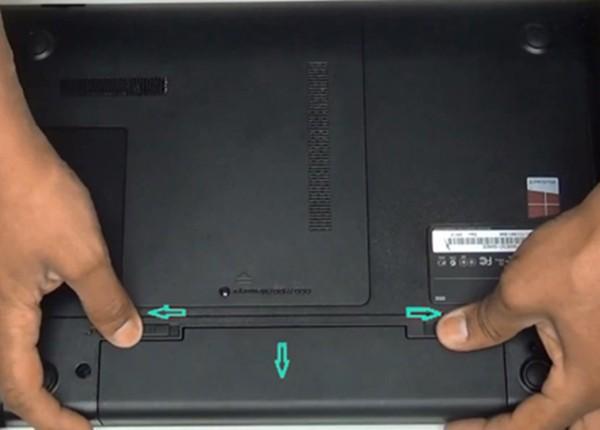 Снять аккум с ноутбука