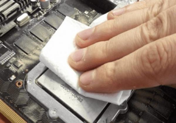 Старая термопаста на процессоре