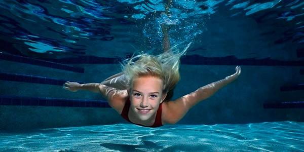 Девушка плывет и дышит под водой