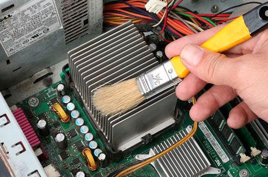 Процесс чистки радиатора с помощью специальной кисточки