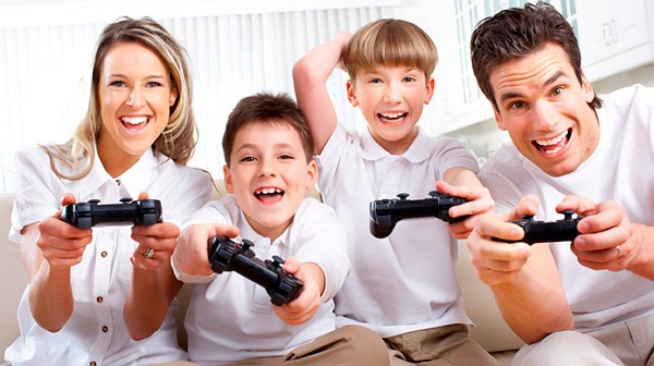 Семья играет на приставке