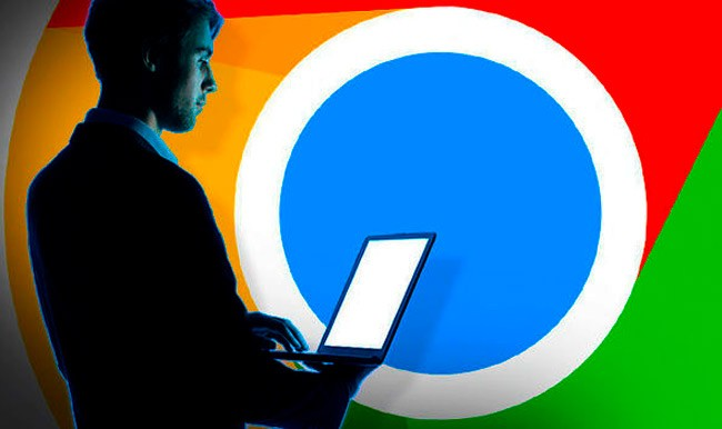 Мужчина с ноутбуком на фоне логотипа Гугл Хром