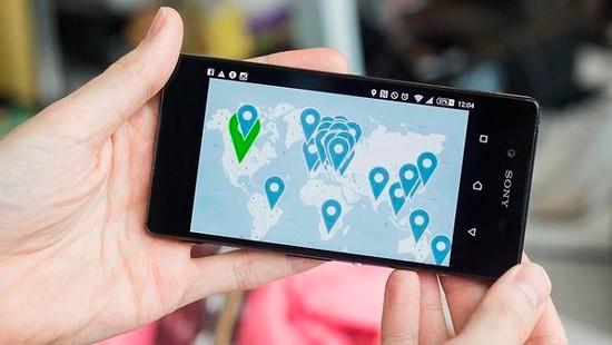 Смартфон с отметками геолокации