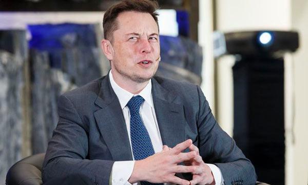Илон Маск с удивленным лицом