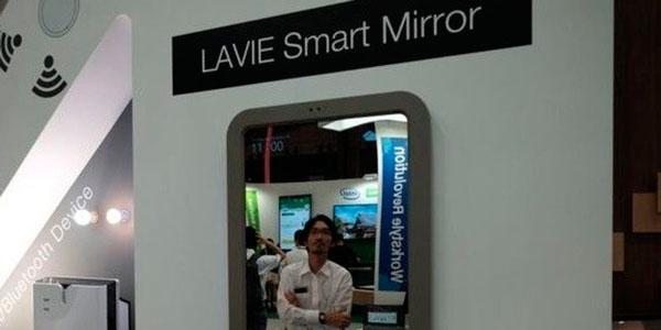 Китаец отражается в зеркале Lenovo