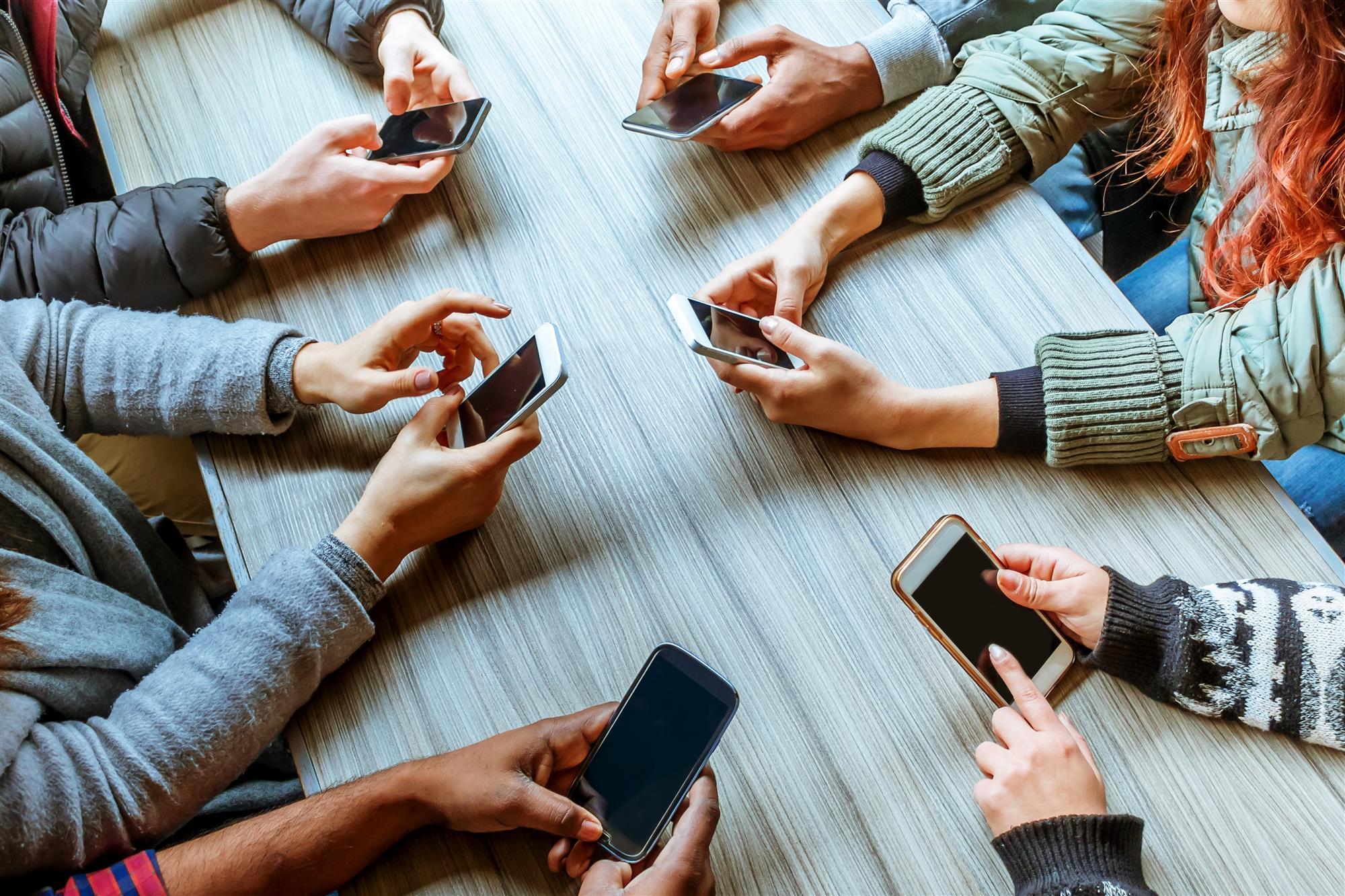 люди с телефонами