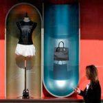 Манекен и сумка на витрине в Париже