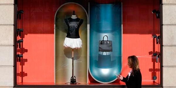 На витрине расположилась сумка и манекен