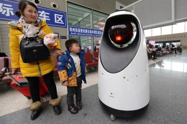 С роботом фотографируются прохожие