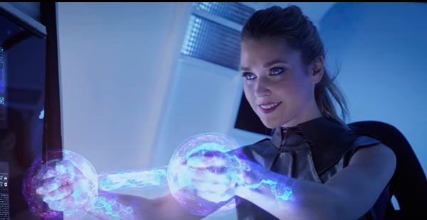 Девушка держит в руках энергетический джойстик