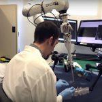 Ученый настраивает робота хирурга