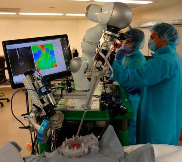 Роботизированная рука делает операцию