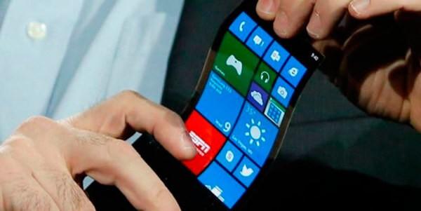 Согнутый смартфон в руках
