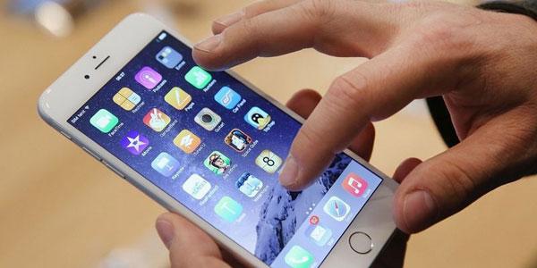 iPhone и рука