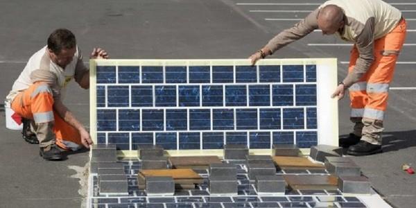 Специалисты монтируют дорогу из солнечных аккумуляторов
