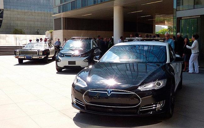 Две модели S (Tesla)-полицейские авто