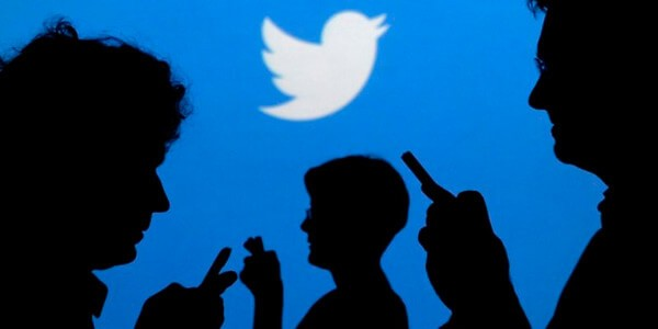Люди на фоне значка твиттер