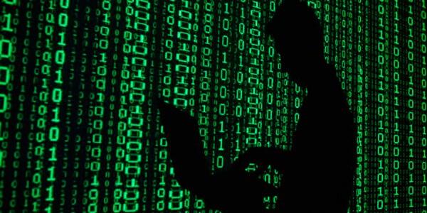 Хакер взламывает сеть